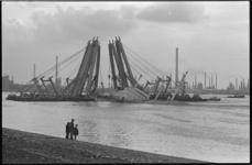 20719-4-42 Berging op de Nieuwe Waterweg van de vrachtvaarder Hornland door vijf grote Magnusbokken.