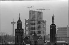 207211 De medische faculteit in aanbouw met de Euromast en de torens van de Remonstrantse kerk en Museum Boymans-van ...