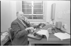 20723-4-26 De blinde telefonist D. de Jong is twintig jaar in dienst bij de Spaarbank te Rotterdam aan de Botersloot.