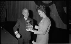 20723-5-38 Charlotte Veld, de 450.000ste bezoeker van de film The Sound of Music, krijgt een kristallen whiskykaraf van ...