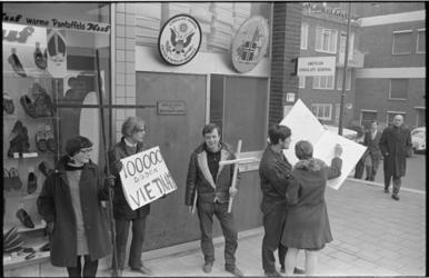 20728-1-27 Demonstratie 'Progressieve jeugd van Rotterdam' voor het Amerikaanse consulaat aan de Vlasmarkt, tegen de ...