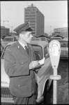 20731-7-25 Een parkeerwachter controleert op het Haagseveer een parkeermeter.