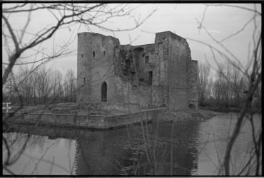20732-3-19 De ruïne Ravesteyn (Slot Heenvliet) in het dorp Heenvliet.