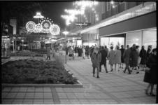 20732-6 Eerste koopavond op de Lijnbaan.