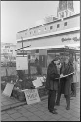 20735-7-29 Handtekeningactie georganiseerd door de Progressieve Jeugd tegen Vietnamoorlog bij het Amerikaanse consulaat ...