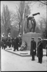 20740-1-18 Jaarlijkse herdenking bij beeld 'Vallende man' van het Korps Mariniers op de Algemene Begraafplaats Crooswijk