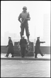 20746-7-22 Korps Mariniers herdenken 302de verjaardag bij het Mariniersmonument op het Oostplein, geleid door ...