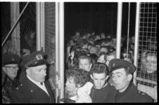 2075-2 Protesterende burgers bij het ijsbaan Overschie waar de ijsbaan niet voor schaatsliefhebbers toegankelijk was in ...