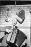 20767-1-31 Muzikant Jaap Valkhoff zingt en speelt op zijn accordeon (waarschijnlijk in zijn nieuwe club Horlepiep).