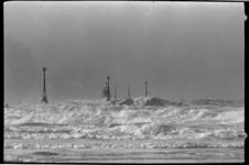 20780-6-33 Storm met windkracht 7 op de Nieuwe Waterweg, waar de Noorse kustvaarder Advance is vastgelopen op de lijdam ...