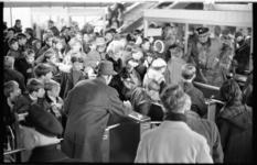 20787-4-10 Dringende passagiers voor de tourniquets van Station Zuidplein? op een van de proefdagen van de tijdelijke ...