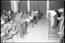 20791-4-12 Onder leiding van de Londense chirurg P. Hyde (in wit overhemd op het podium) doen ongeveer160 zware rokers ...