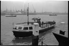 20803-3-29 De Heen en Weer II, de fietsvoetveer van de Veerhaven naar Katendrecht, komt aan bij de Veerhaven.