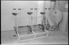 20825-1-22 Voorzieningen van de BB, zoals deze fietsen om energie op te wekken, in een schuilkelder van het ...