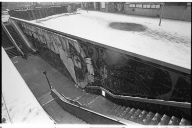 20831-2-44 Muurreliëf 'De lasser' van Henk de Vos langs de trap en roltrap van de westelijke ingang van de zuidelijke ...