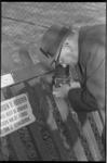 20843-6-17 Diereninspecteur Cornelis van Doorn in actie met zijn camera in Diergaarde Blijdorp.
