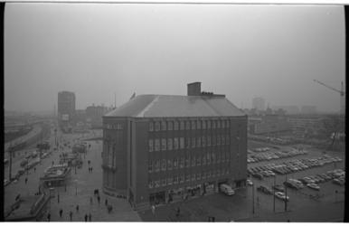 20851-6-19 Het hoofdkantoor van de Amro-bank aan de Coolsingel 119 gezien vanaf de Bijenkorf. Op de voorgrond de Van ...