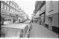 20865-7-41 De Oude Binnenweg met zijn vele bruine cafés gezien in oostelijke richting vanaf de hoek met het Eendrachtsplein.
