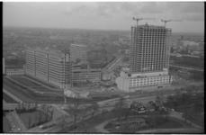 20869-1-42 Zicht vanaf de Euromast op de bouw van de Medische Faculteit. Links het Dijkzigtziekenhuis en de Wytemaweg ...