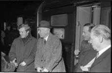 20873-3-39 Dirigent Jean Fournet (met hoed) en zijn vrouw worden op het Centraal Station verwelkomd door Edo de Waart ...