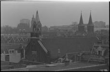 20877-1-36 De Deutsche Evangelische Kirche (Zwarte Paardenstraat 97) in de wijk Cool. Op de achtergrond (van links naar ...