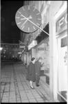 20879-2-41 De eerste koopavond in Rotterdam. Opname van het Stadhuisplein waar voetgangers de etalage van de (overigens ...