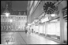 20879-6-32 Op vrijdagavond 15 maart 1968 werd de eerste koopavond gehouden. Er zijn nog weinig voetgangers op het ...