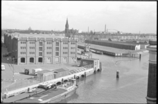 20886-7-7 Het entrepotgebouw Vijf Werelddelen aan de Entrepothaven en de Binnenhaven. Op de achtergrond de hervormde ...