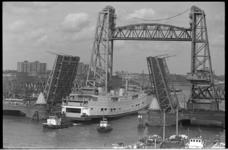 20887-7-19 Veerboot Prinses Christina passeert de geopende Koninginnebrug en de Koningshavenbrug.