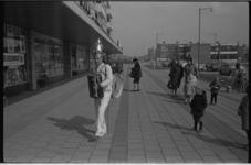 20890-1-34 Straatmuzikant Koperen Ko (Johannes Willem Leiendecker) speelt voor de supermarkt van de Vivo op het Jacob ...