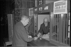 20895-1-5 Karel Paul van der Mandele koopt zomerpostzegels in het postkantoor op de Coolsingel.