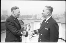 20902-7-14 Na 41 jaar dienst bij de Holland Amerika Lijn neemt commodore Auke de Jong (rechts) afscheid van F. G. A. ...