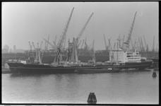20910-1-18 Het nieuwe vrachtschip Atrevida in de Maashaven. Op de achtergrond: de wijk Katendrecht.