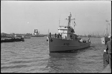 20910-5-16 Aankomst van de Franse mijnenveger Mercure (M765) aan de Parkkade. Aan de overkant van de rivier het ...