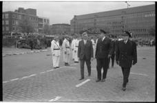 20914-6-41 Burgemeester W. Thomassen in gesprek met hoofden van het brandweerkorps tijdens brandweerdemonstraties op de ...