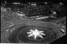 20916-5-14 De speciaal verlichte fontein van het Hofplein op Koninginnedag vanaf het Shell-gebouw. Links de Coolsingel, ...
