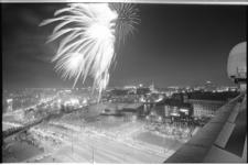 20916-6-5 Vuurwerkshow op Koninginnedag op het Pompenburg gezien vanaf het Shell-gebouw. Links de Goudsesingel en het ...