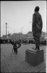 20925-2-34 Burgemeester W. Thomassen legt de eerste krans bij het monument 'Ongebroken verzet' van de beeldhouwer ...