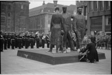 20925-4-42 Burgemeester W. Thomassen legt een krans bij het Monument voor alle gevallenen 1940-1945 van Mari Andriessen ...