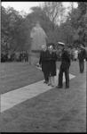 20926-1-5 Koningin Juliana met K.P. van de Mandele (links) en prins Bernhard (rechts) bij het door haar onthulde ...