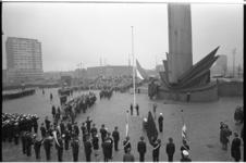 20929-3-40 Dodenherdenking bij het monument 'De Boeg' van de beeldhouwer Fred Carasso op het Leuvehoofd. Op de ...