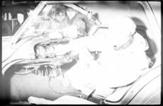 2093-1 Maus Gatsonides in zijn auto.