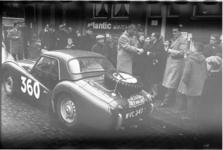 2093-2 Rally-auto's en deelnemers in een straat.