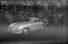 2093-3 Rally-auto's en deelnemers in een straat.
