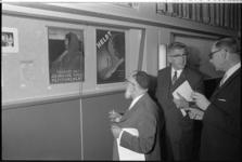 20930-7-33 Burgemeester W. Thomassen bekijkt samen met opperrabbijn L. Vorst (links) en de gemeentearchivaris J.A.D. ...