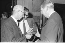 20936-3-33 Oud-directeur van de Van Oldenbarnevelt-hbs Pieter van Ringelestijn (links) ontvangt de Wolfert van ...