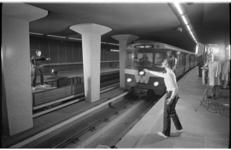 20948-3-29 De danseres Olga de Haas en haar collega dansen op het perron van metrostation Stadhuis in het zicht van de ...