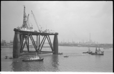 20956-2-6 Vijf sleepboten transporteren het booreiland Sea Quest van British Petroleum in opdracht van de Rotterdamse ...