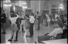 20959-2-20 Dansende jongeren op een beatfeest van de Rotterdamse Raad voor Jeugd en Jongeren in de Burgerzaal van het ...