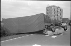 20980-6-16 Een auto-ongeluk op Rijksweg 13, vlakbij het flatgebouw Sestienhofen (Mercedesflat).